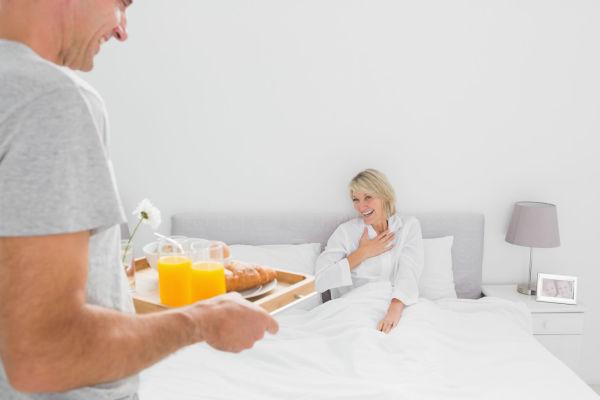 eheberatung-ehemann-bringt-fruehstueck