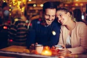 Romantisches Date bei Kerzenlicht